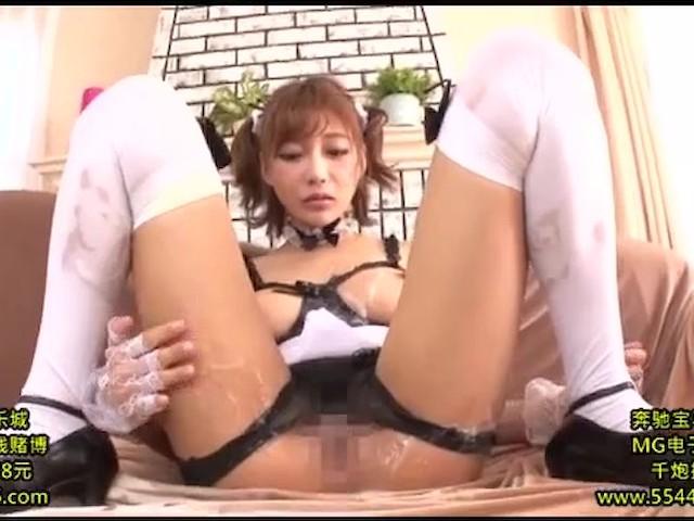 メイドな明日花キララは巨乳なおっぱいを使ってパイズリで奉仕